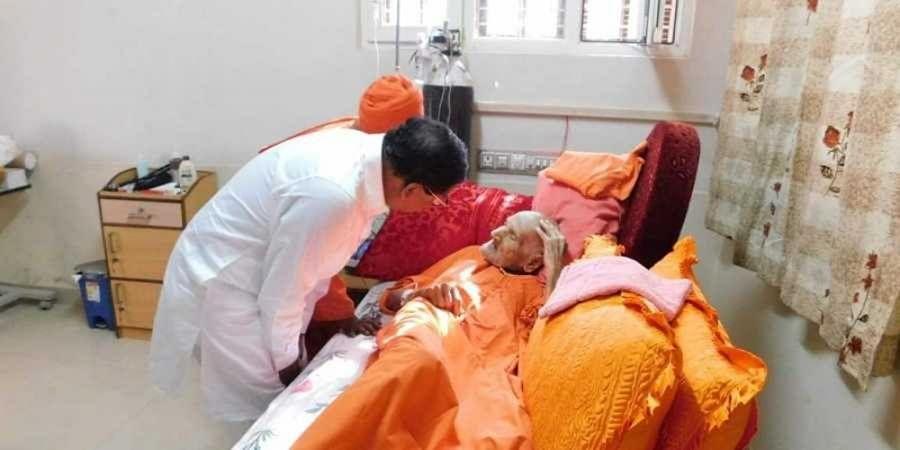 Karnataka Deputy CM Dr G Parameshwara calls on  Sri Shivakumara Swamiji