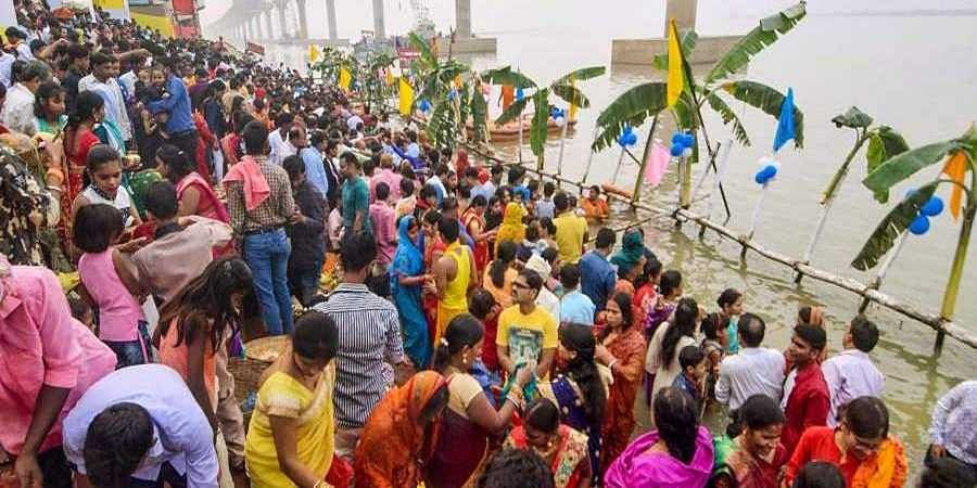 Devotees_pray_during_Chhath_Puja_at_the_banks_of_River_Ganga_in_Patna
