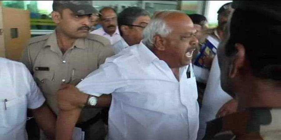 Citizen Mangaluru Police detain congress leaders; Siddaramaiah's visit cancelled