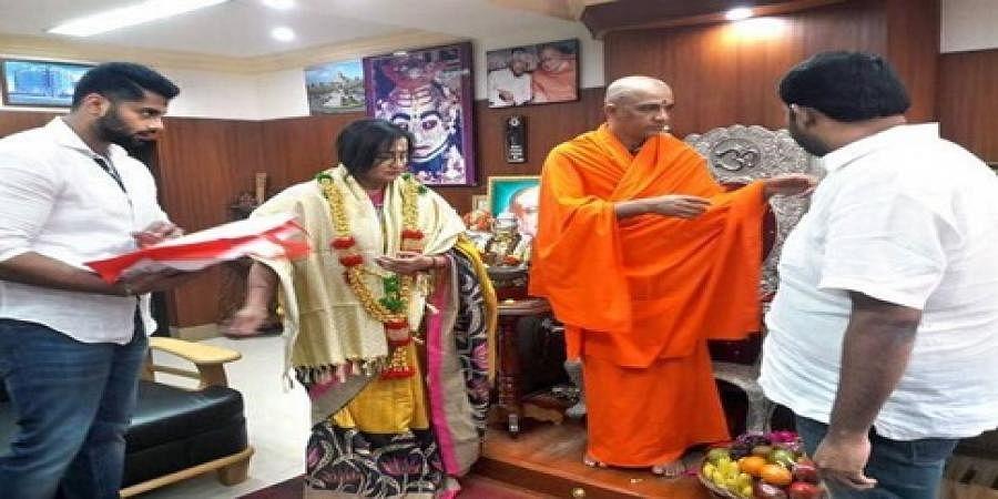 Sumalatha and Abhishek met Nirmalananda Swamy of Adichunchanagiri mutt