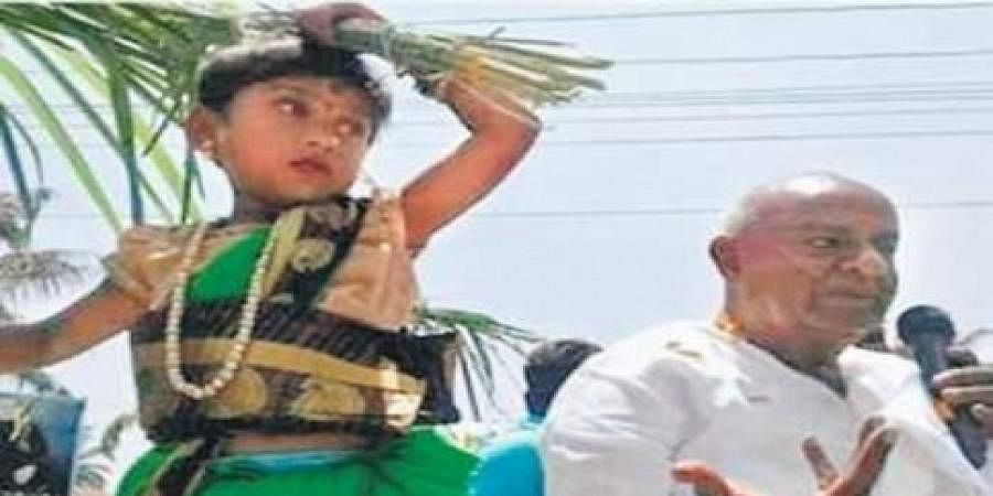 A child dressed to represent the JD(S) symbol during campaigning