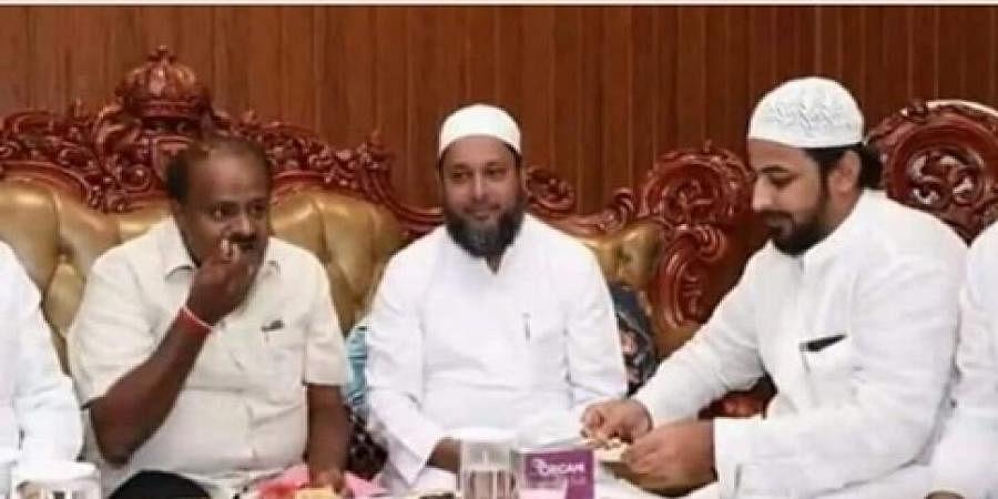 CM Kumarawamy eats with Mansur Khan (File photo)