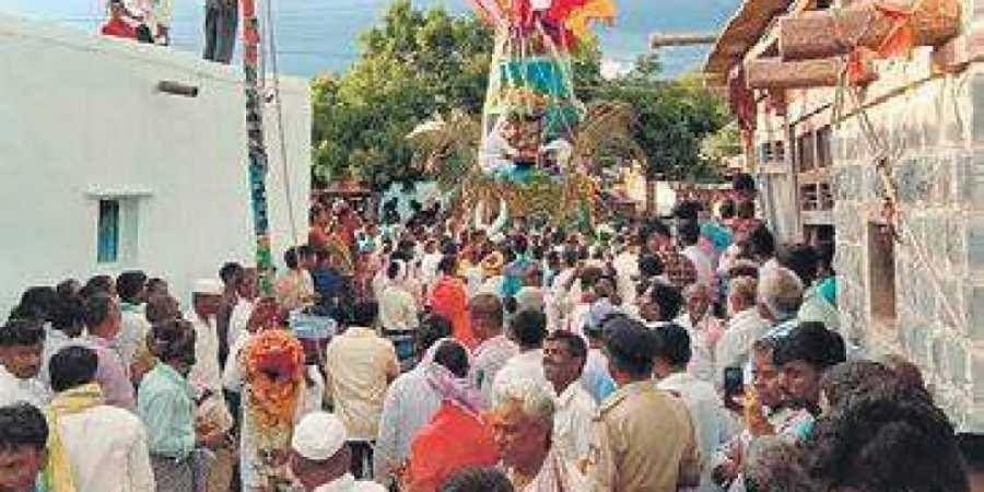 Kannada flag flies high at this Gadag mutt's fair