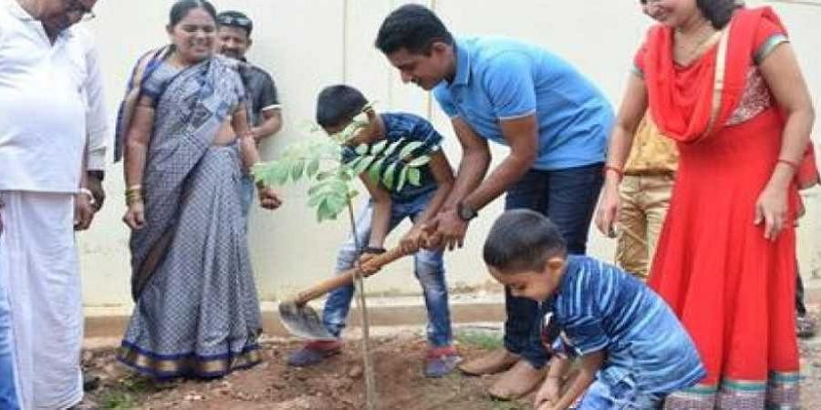 Karnataka traffic cop marks 10th wedding anniversary by planting saplings