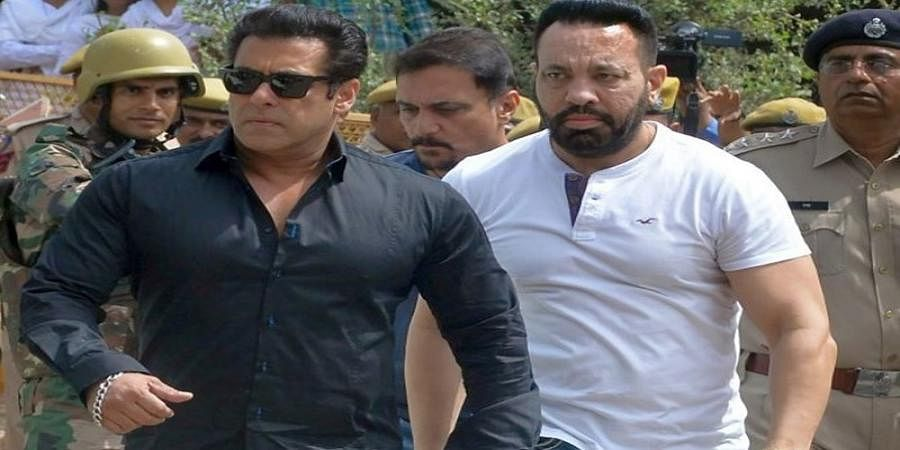 Salman slaps guard for manhandling young fan