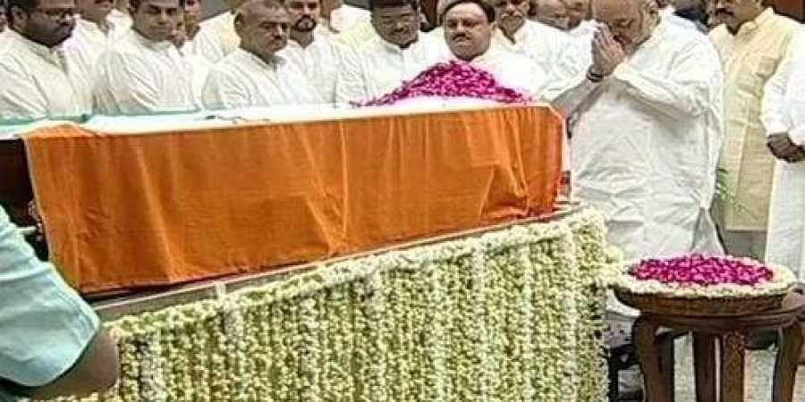 Amit Shah pays last respect