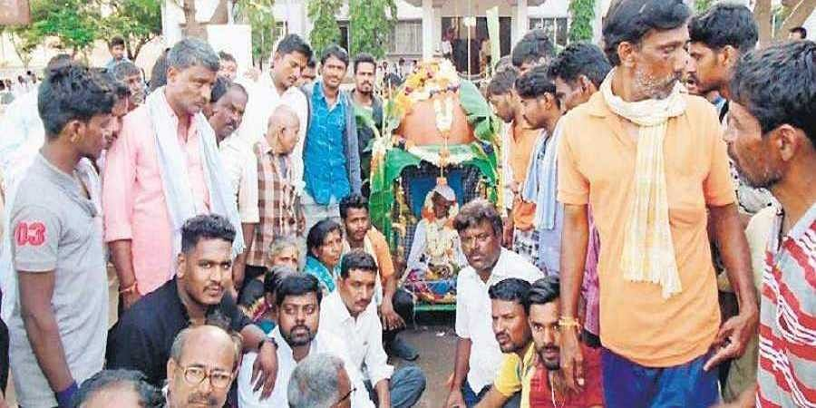 The villagers of Haripur with the body outside the tahsildar's office