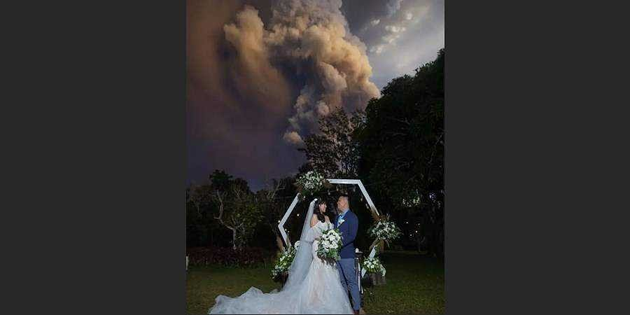 Philippines: A couple got married while a volcano erupted in the background
