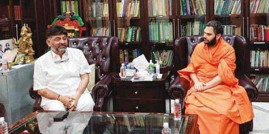 Spatikapuri Mutt seer Nanjavadhoota Swami meets KPCC chief DK Shivakumar