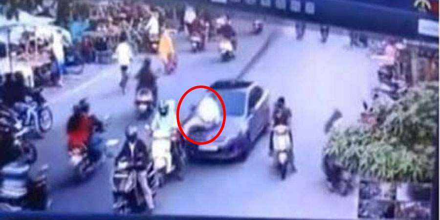 Traffic Police dragged on the bonnet of a car