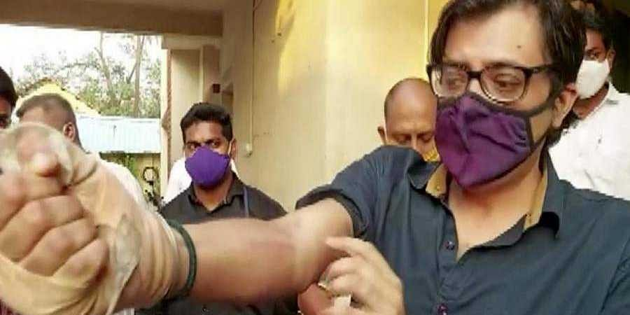 Republic TV editor-in-chief Arnab Goswami shows injury marks at Alibaug court near Mumbai.