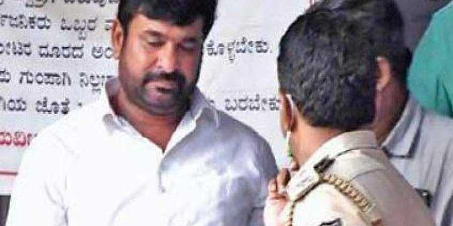 Vinay Kulkarni talks to CBI officals in   Dharwad on Thursday