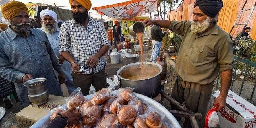 Protesting_farmers_distributing_tea_and_snacks1