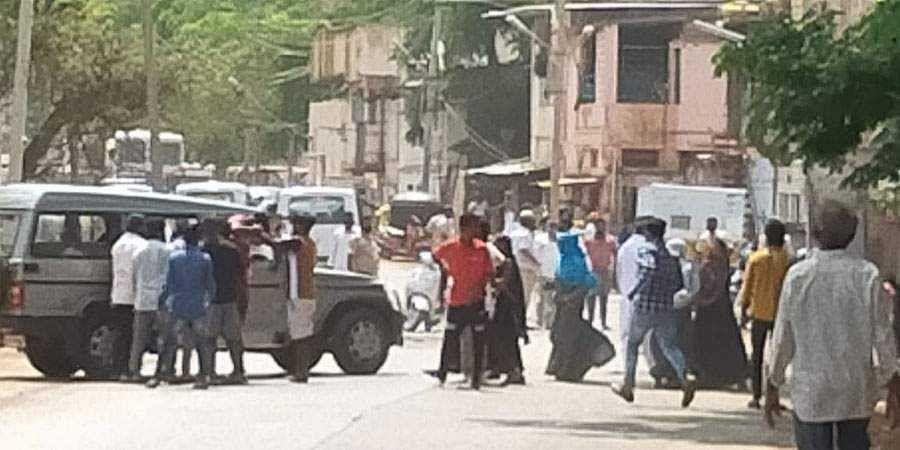 Prayer goers hurl stones; four policemen injured