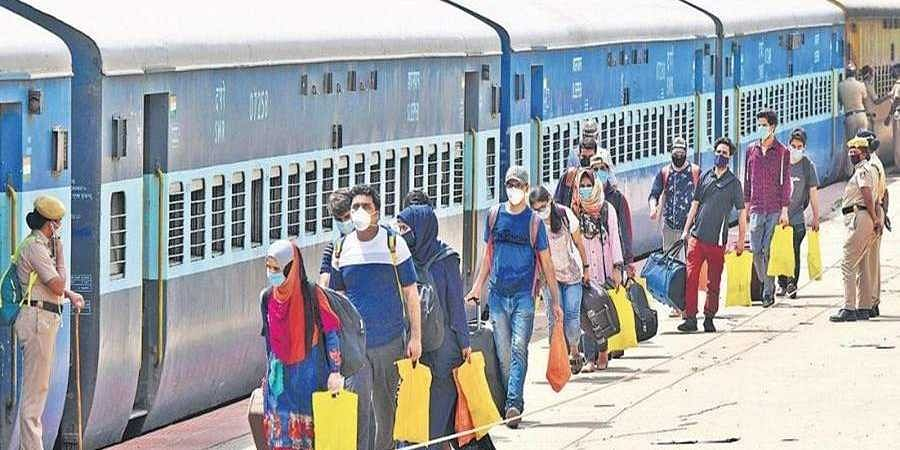 Students_from_Jammu_and_Kashmir_board_a_special_train_to_Udhampur1