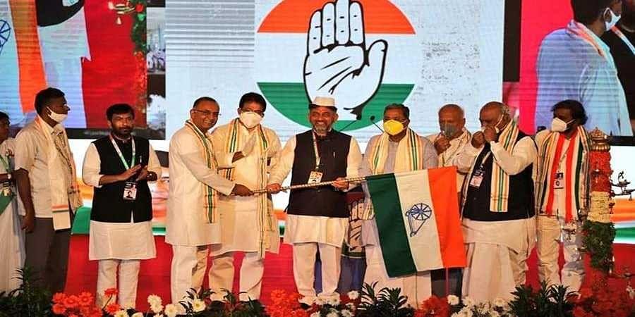 Dinesh Gundu Rao handover congress flag to D K Shivakumar