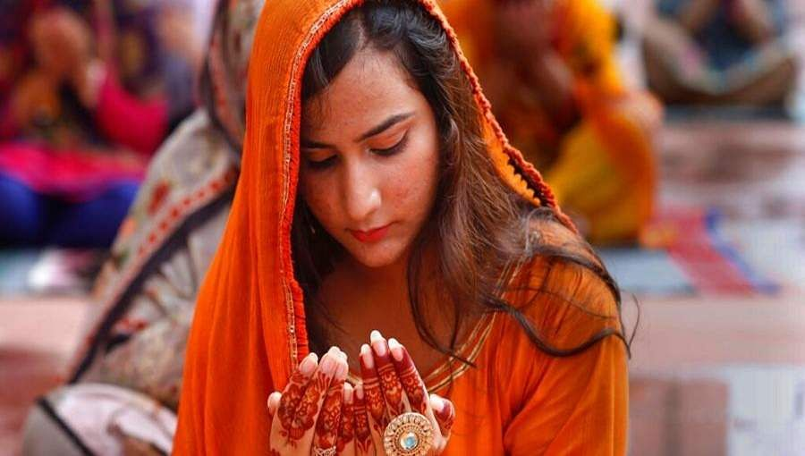 Young_women_prayer_at_Lahore1