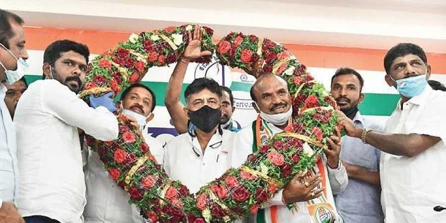 JDS MLA K Raju and his supporters on Sunday joined the Congress